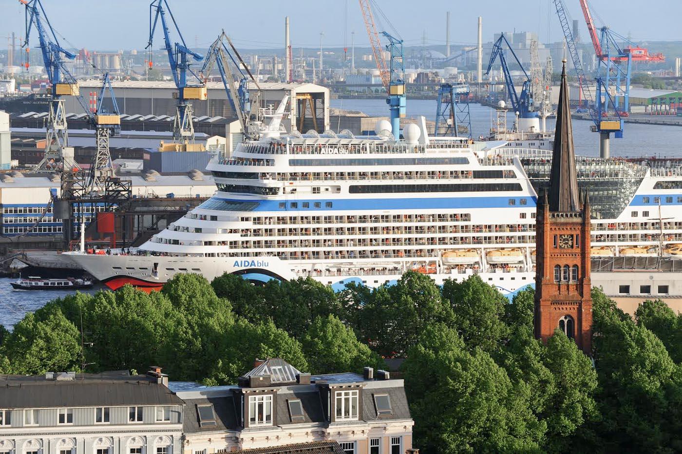 Foto ID 15031501 Kreuzfahrtschiff AIDAblu zu Besuch im Hamburger Hafen