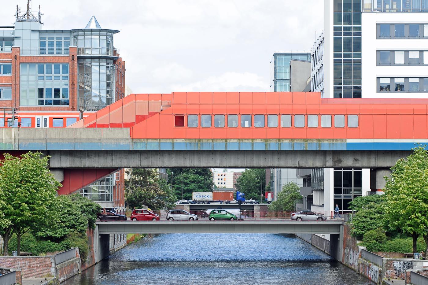 Foto ID 15042620 Blick von der Amsinckstrasse auf den Mittelkanal, Bürohäuser und den S-Bahnhof Hamburg Hammerbrook