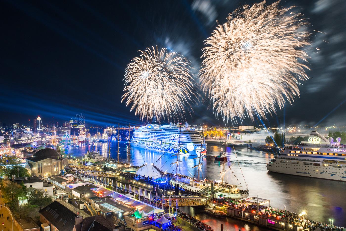 Foto-ID 2016050702 AIDA Feuerwerk Hafengeburtstag Hamburg